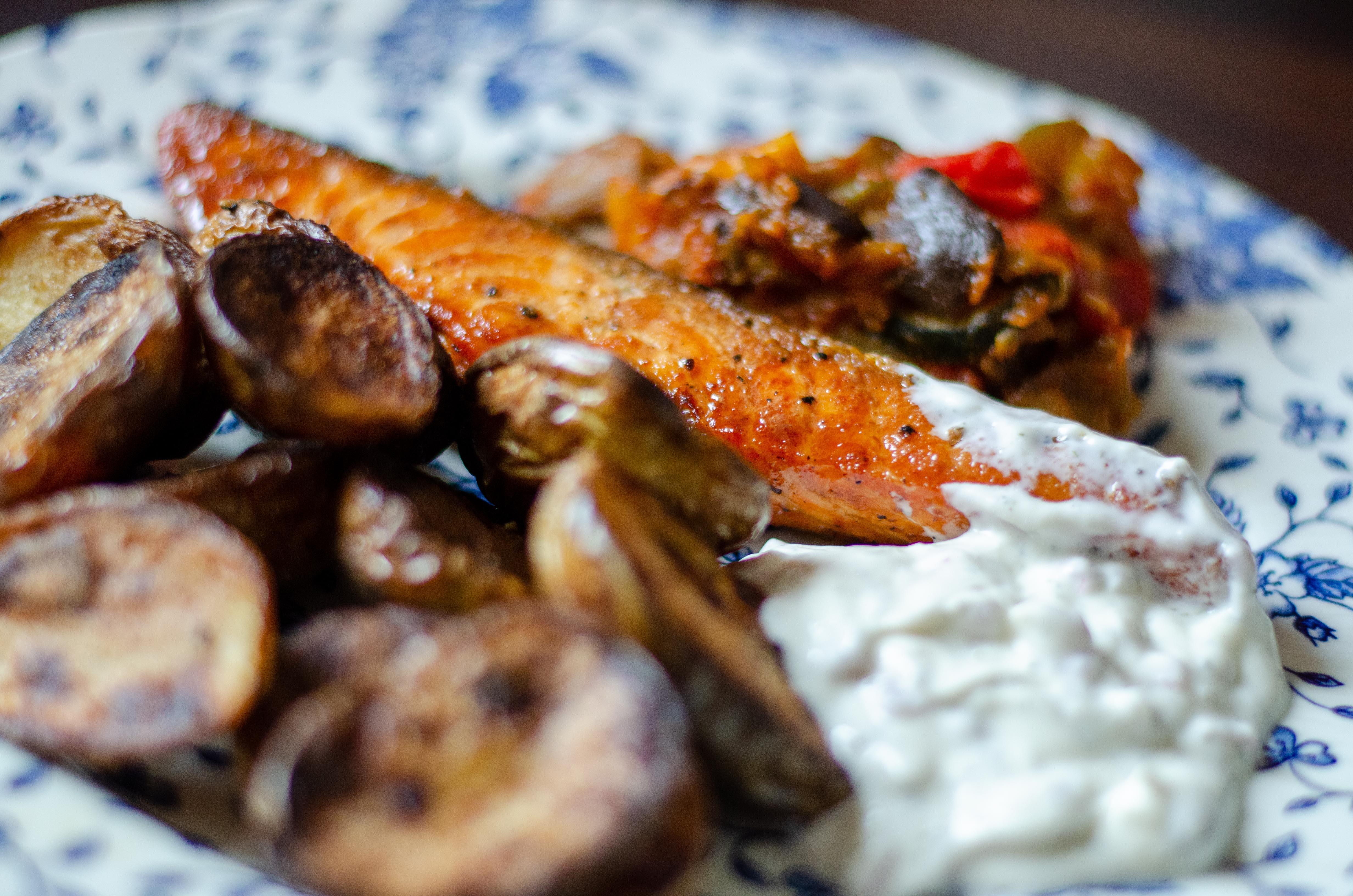 Saumon au four et pommes de terre grenaille rôties, sauce au mélange nordique